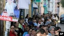 투표을 위해 길게 줄을 늘어선 시민들(베네수엘라 수도 카라카스)