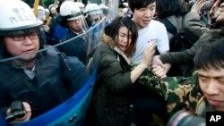 타이완 학생들이 24일에도 중국과 체결한 서비스 무역협정 비준에 반대하는 시위를 벌였다.