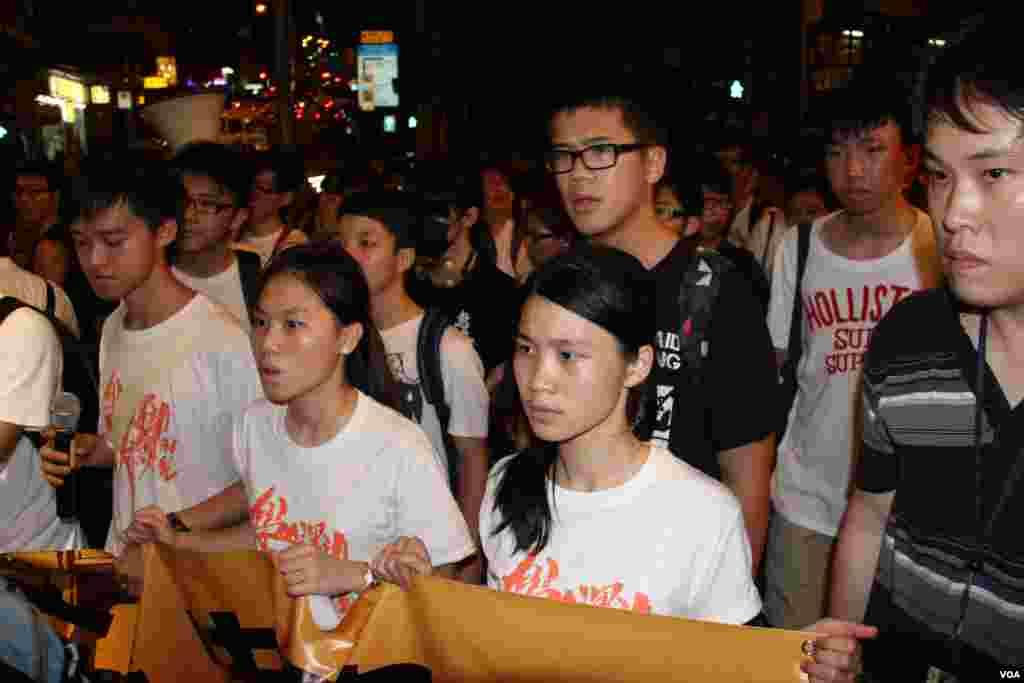香港中學生、大學生及市民在中聯辦前紀念六四圖片1 (美國之音海彥)