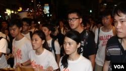 香港中学生、大学生及市民在中联办前纪念六四