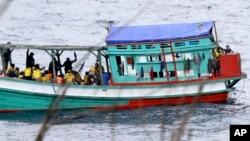 Fishing boat carrying Vietnamese asylum seekers nears shore of Australia's Christmas Island, April 14, 2013. (file photo)