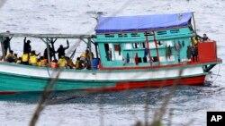 Ảnh minh họa: Một chiếc tàu đánh cá chở người tị nạn Việt Nam tới gần bờ biển đảo Christmas của Úc (Ảnh tư liệu năm 2013).
