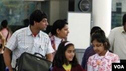 Serombongan warga India yang tinggal di Mesir tiba di bandara Mumbai, Senin (1/31). Berbagai negara lain juga berusaha mengungsikan warganya ke luar Mesir.