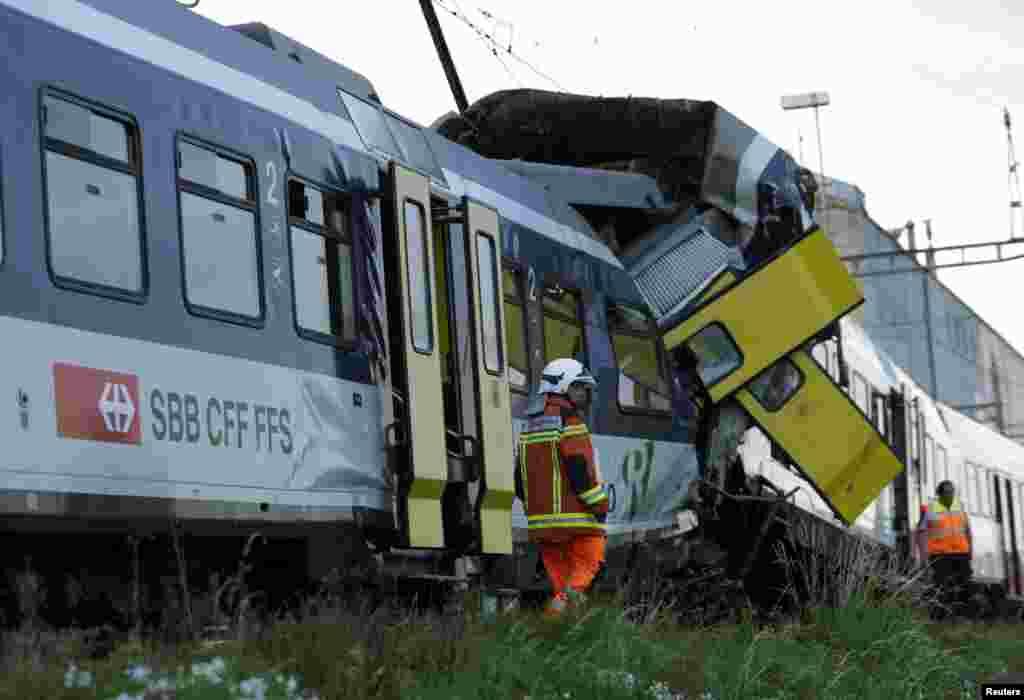 Spasioci na mestu sudara dva voza u zapadnom delu Švajcarske u kojem je najmanje 29 osoba povređeno, a mašinovođa poginuo. Ostalih 20-ak putnika je izbeglo ozlede ili lakše povređeno.