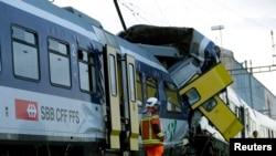 Des secouristes en train de rechercher des survivants après la collision entre deux trains près de Granges-pres-Marnand, Suisse, le 29 juillet 2013.