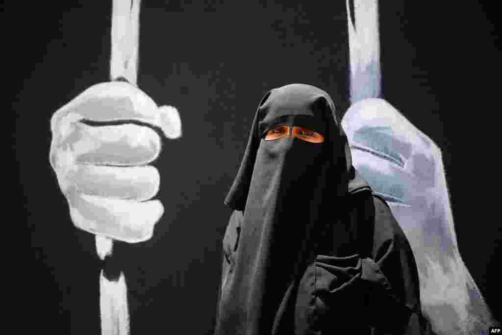 Seorang perempuan Palestina menghadiri demonstrasi menentang blokade terhadap Gaza oleh Israel dan solidaritas terhadap Masjid Al-Aqsa, dalam aksi di kota Gaza, Jalur Gaza.