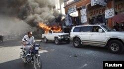 Les partisans de l'opposition ont incendié plusieurs voitures, lundi 18 janvier, à Port-au-Prince.
