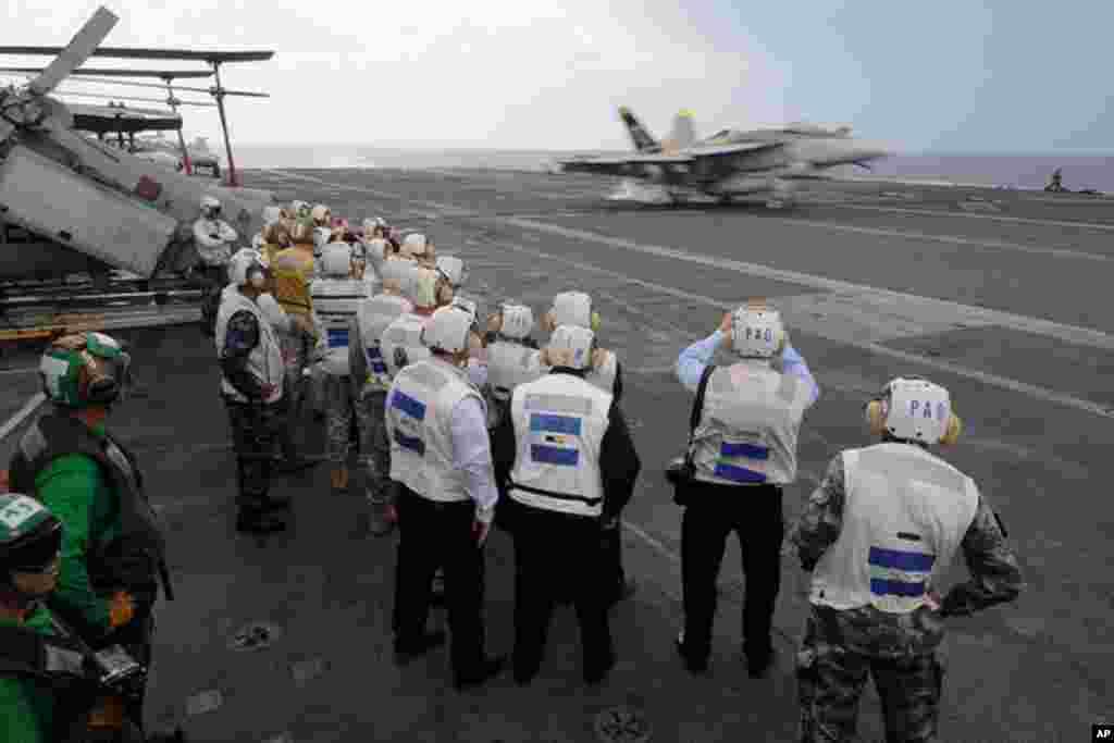 從香港登上航母的參觀者11月8日觀看戰機降落到華盛頓號
