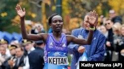 Mary Keitany akivuka utepe wa kumaliza mbiyo za New York 2015