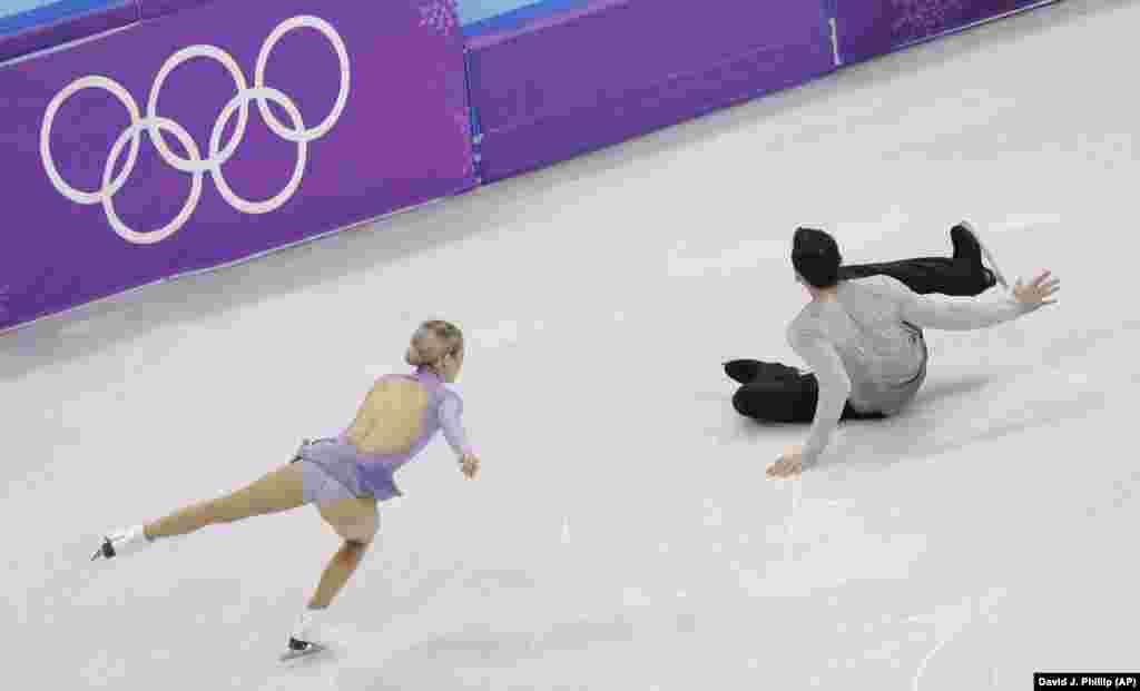 Кріс Кнерім з США впав під час виступу з партнеркою Алексою Шімека Кнерім у парному фігурному катанні на льодовій арені Каннина під час Зимової Олімпіади-2018 в місті Каннин, Південна Корея 15 лютого 2018 року.
