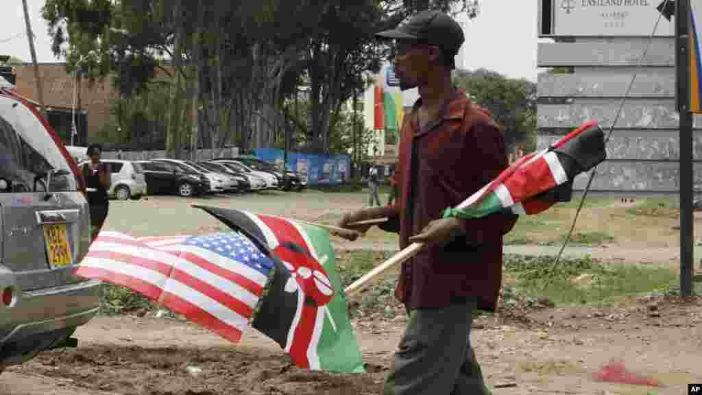 Un veundeur de rue et ses drapeaux, Nairobi, 24 juillet 2015.