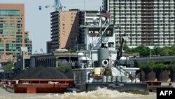 1 chiếc tàu kéo đẩy 1 xà lan chở than trên sông Ohio, ngang qua trung tâm thành phố Louisville, Kentucky
