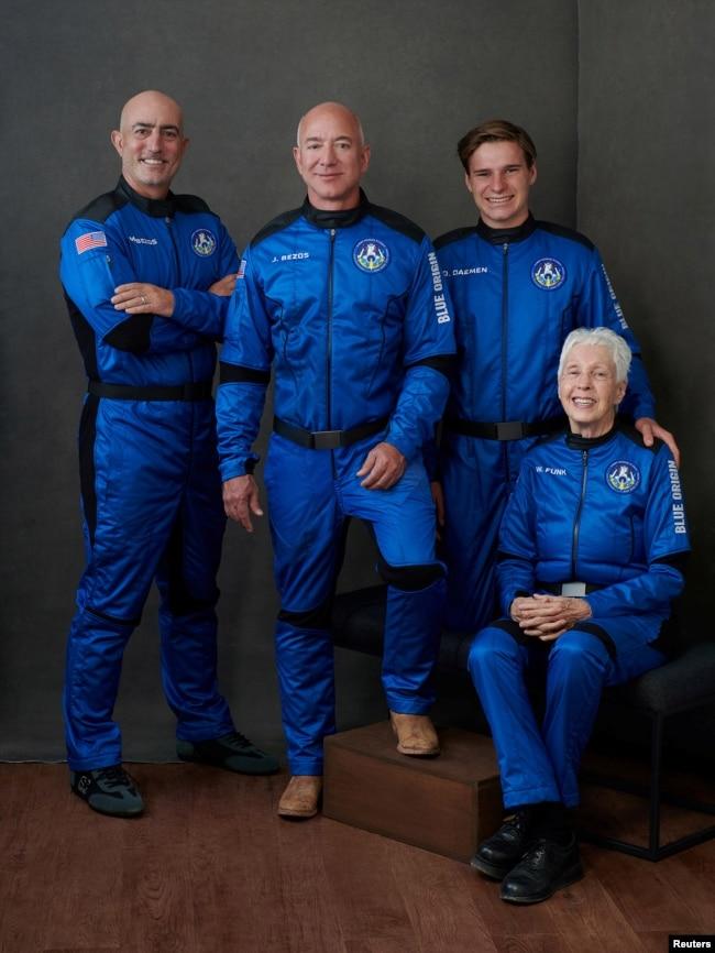 Dari kiri ke kanan: Mark Bezos, Jeff Bezos, Oliver Daemen (18), Wally Funk (82).