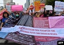 Para peserta pawai Hari Perempuan Internasional di Jakarta, 8 Maret 2020. (Foto: AFP)