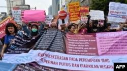 Para aktivis hak-hak perempuan mengikuti pawai Hari Perempuan Internasional di Jakarta, 8 Maret 2020. (Foto: ilustrasi)