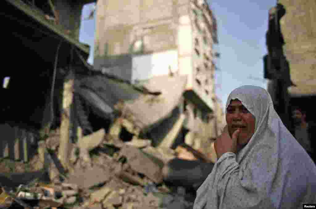 19일 이스라엘의 가자지구 공습 후, 무너진 집 앞에서 울음을 터트린 팔레스타인인 여성.