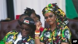 Grace Mugabe ari kumwe na Perezida Robert Mugabe.