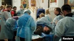 反政府示威者在圣米迦勒金顶修道院大教堂接受治疗