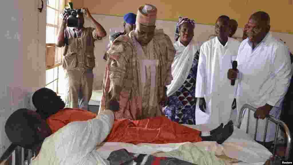 Gwamnan jihar Borno Kashim Shettima a lokacin da yake ziyartar mutanen da suka ji raunuka a wani asibiti, bayan harin da 'yan bindiga suka kai Kawuri Junairu, 28 2014.