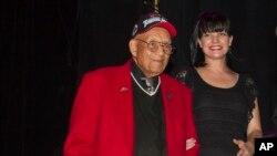 آرشیو - سرهنگ دوم خلبان «رابرت فرند» و «پالی پرت» بازیگر آمریکایی در یک کنسرت نیکوکارانه تقدیر از قهرمانان جنگ در لوس آنجلس - ۲۰۱۳