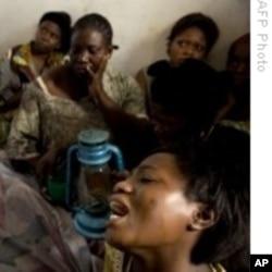 Une femille éplorée après un massacre opéré par des individus armés