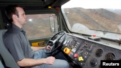 ایک انجنیئر خود کا فوجی ٹرک فوجی ٹرک چلانے کا تجربہ کر رہا ہے۔ فائل فوٹو