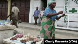 Des vendeurs de produits aphrodisiaques installés le long des routes à Goma, le 7 octobre 2017. (VOA/Charly Kasereka)