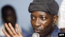"""Charles Blé Goudé, dirigeant des mouvements de """"jeunes patriotes"""" ivoiriens 13 juin 2005 lors d'une conférence de presse à Abidjan où les """"patriotes"""" appellent les soldats français à quitter le pays. AFP PHOTO KAMPBEL (Photo de KAMBOU SIA / AFP"""