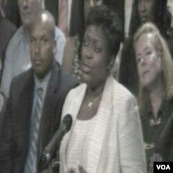 Učesnica skupa postavlja pitanje predsjedniku Obami