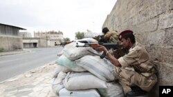 ທະຫານເຢເມນທີ່ປະຈຳການໃກ້ໆຈະຕຸລັດແຫ່ງນຶ່ງ ໃນນະຄອນຫຼວງ Sanaa ບ່ອນທີ່ພວກປະທ້ວງຮຽກຮ້ອງໃຫ້ ປະທານາທິບໍດີ Ali Abdullah Saleh ລາອອກນັ້ນ (26 ພຶດສະພາ 2011)