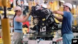 Para pekerja di pabrik mobil Toyota di Georgetown, Kentucky, AS (foto: ilustrasi). Toyota kehilangan gelar sebagai produsen mobil terbesar sedunia setelah dikalahkan Volkswagen, Jerman.