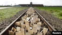 Homenajes de recordación a los millones de muertos en el Holocausto en Auschwitz II.