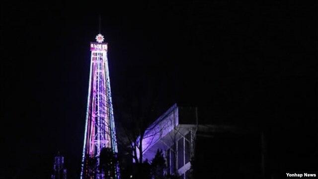 기독교시민단체들이 설치한 성탄절 조명이 점등된 한국 경기도 김포시 하성면 가금리의 애기봉 등탑