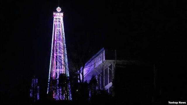 Cây Giáng Sinh được trang hoàng và thắp đèn này sẽ được giữ cho đến đầu tháng Giêng.