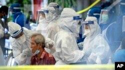 Seorang petugas kesehatan mengumpulkan sampel untuk pengujian virus corona di Kuala Lumpur, Malaysia, pada hari Jumat, 15 Mei 2020. (Foto: AP/Vincent Thian)