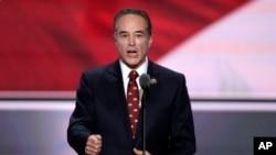 Dân biểu Collins từ New York là một trong những nghị sĩ đầu tiên trong Quốc hội ủng hộ ông Donald Trump làm Tổng thống trong kỳ bầu cử 2016. Ông ra trình diện Cục Điều tra Liên bang sáng ngày 8/8.