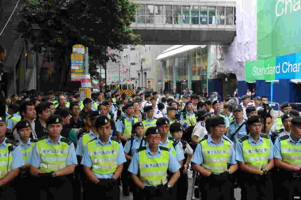 香港社会民主连线等团体抬棺游行遭警方阻止和强行清场(美国之音海彦拍摄)
