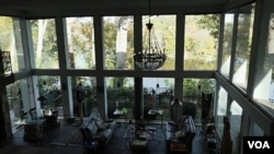 客厅有超大环绕景观落地窗