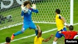 El mexicano Guillermo Ochoa se creció en la portería y no dejó anotar ni un solo gol a Brasil.