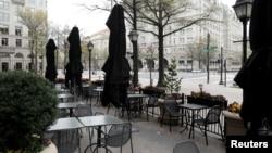 Restoran di Pennsylvania Avenue lengang di tengah pandemi virus corona, 31 Maret 2020. (Foto: Reuters)