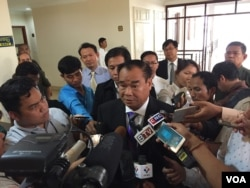 FILE: Ho Vann, CNRP lawmaker talking to journalists at the National Assembly, December 15, 2016. (Kann Vicheika/VOA Khmer)