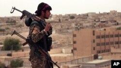 지난달 30일 시리아 북부 타브카 마을에서 시리아민주군(SDF) 대원이 이동하고 있다.