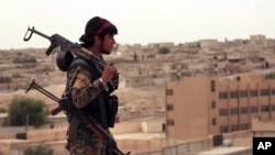 شامی ڈیموکریٹک فورسز کا ایک جنگجو (فائل فوٹو)