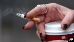 Seorang perokok sedang beristirahat di Seattle. (Foto: dok)