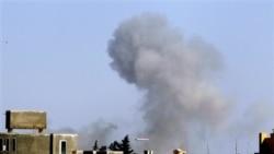 دود ناشی از انفجار در جنوب شرقی طرابلس، پایتخت لیبی - ۱۴ آوریل ۲۰۱۱