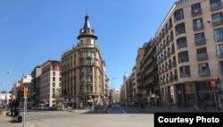 Kawasan sekitar Universitas Barcelona yang sepi (courtesy: Brimoresa).