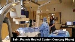 Des médecins entrain d'opérer dans un bloc opératoire