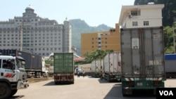Xe tải chở hàng tại cửa khẩu Tân Thanh để vào Trung Quốc từ tỉnh Lạng Sơn, Việt Nam (D. Schearf / VOA)