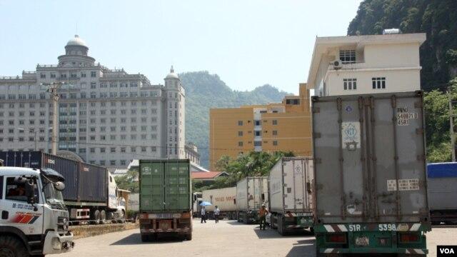 Xe tải chở hàng tại cửa khẩu Tân Thanh ở Lạng Sơn.