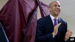 El alcalde de Newark y candidato favorito en la elección especial en Nueva Jersey, Cory Booker, tras emitir su sufragio.
